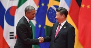 China's President Xi Jinping (R) shakes hands with US President Barack Obama Greg BAKER / AFP