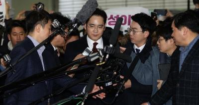 Samsung Electronics Vice Chairman Lee Jae-yong (center) is surrounded by the press.